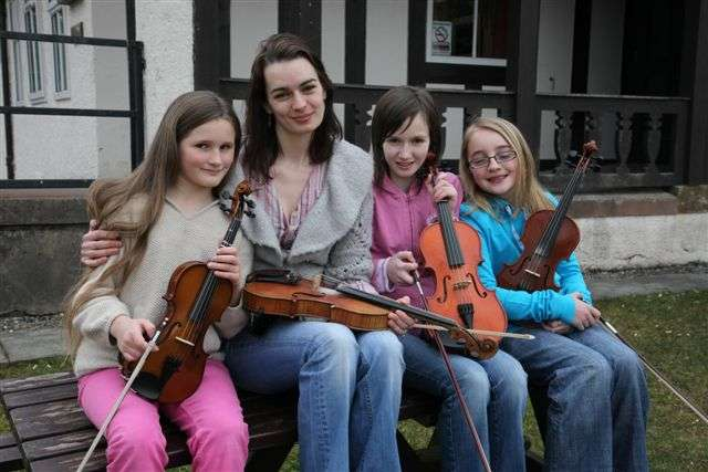 Fiddle Tutor Sarah Naylor with Feis students -